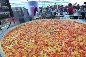 世界最大披萨出炉 创吉尼斯纪录