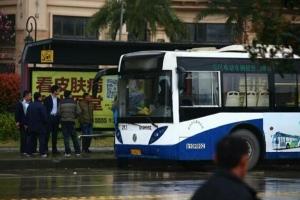 武汉公交车捅人事件始末,嫌犯血溅公交车后逃脱(附现场图)