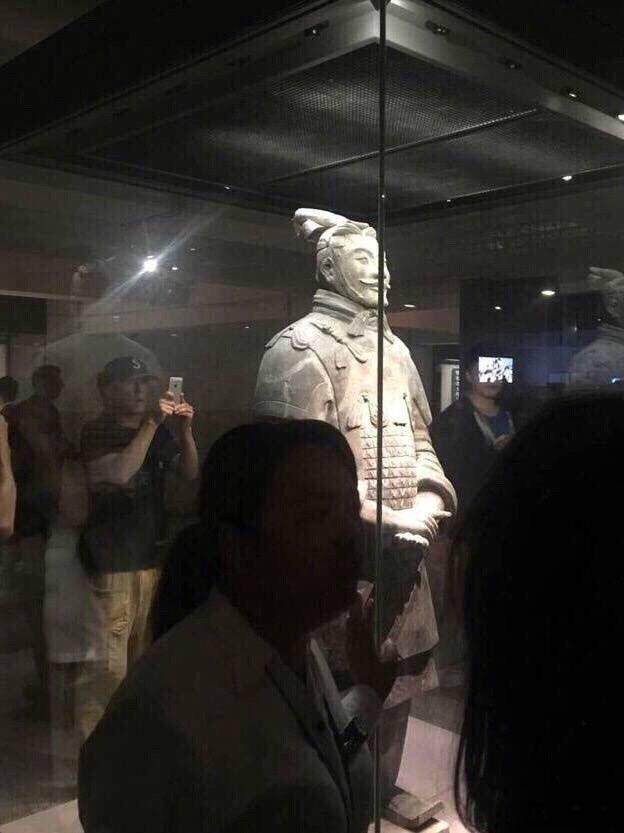 陈冠希独自参观秦始皇兵马俑 被游客误认成赵本山