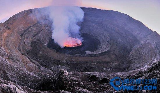 世界上最大的熔岩湖:尼拉贡戈火山坑